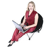 De Vrouw van de illustratie in Rood met Laptop als Zwarte Voorzitter Stock Foto