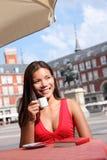 De vrouw van de koffie - de toerist van Madrid stock afbeeldingen