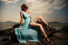 De Vrouw van de manier in Blauwe Kleding Openlucht Royalty-vrije Stock Foto's
