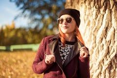 De vrouw van de manier in de herfstpark Royalty-vrije Stock Afbeeldingen