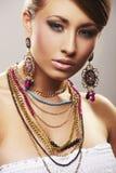 De vrouw van de manier met juwelen Royalty-vrije Stock Afbeeldingen