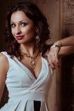 De vrouw van de manier met juwelen bijouterie royalty-vrije stock fotografie