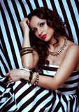 De vrouw van de manier met juwelen bijouterie. stock foto