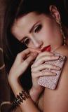 De vrouw van de manier met juwelen bijouterie stock afbeelding