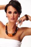 De vrouw van de manier met juwelen op witte achtergrond Royalty-vrije Stock Afbeeldingen