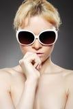 De vrouw van de manier met zonnebril Stock Afbeeldingen