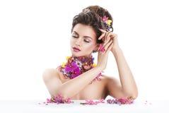 De vrouw van de manierschoonheid met bloemen in haar haar en rond haar hals Perfecte Creatief maakt omhoog en Haarstijl Royalty-vrije Stock Foto