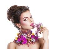 De vrouw van de manierschoonheid met bloemen in haar haar en rond haar hals Perfecte Creatief maakt omhoog en Haarstijl Stock Afbeeldingen