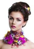 De vrouw van de manierschoonheid met bloemen in haar haar en rond haar hals Perfecte Creatief maakt omhoog en Haarstijl Royalty-vrije Stock Afbeelding