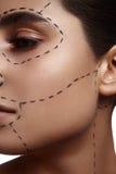 De Vrouw van de manierschoonheid met gestormde lijn op haar Huid stock afbeeldingen