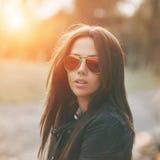 De vrouw van de manierstijl in zonnebril sluit omhoog stock fotografie