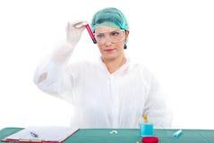 De vrouw van de onderzoeker onderzoekt bloedbuis Royalty-vrije Stock Foto's