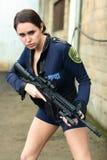 De vrouw van de politie met aanvalsgeweer royalty-vrije stock foto's