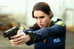 De vrouw van de politie met pistool stock afbeelding