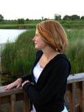 De vrouw van de roodharige op brug Royalty-vrije Stock Foto's