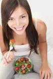 De vrouw van de salade gezond eten Stock Foto's