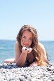 De vrouw van de schoonheid bij de kust Royalty-vrije Stock Afbeelding