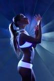 De vrouw van de schoonheid in dans met ultraviolette samenstelling Stock Afbeeldingen