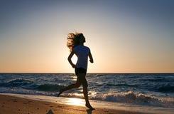 De vrouw van de schoonheid die op overzees strand in werking wordt gesteld royalty-vrije stock afbeeldingen