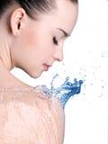 De vrouw van de schoonheid en blauw water Stock Afbeeldingen