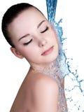 De vrouw van de schoonheid en blauw water Stock Foto's