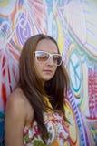 De vrouw van de schoonheid en graffitimuur Royalty-vrije Stock Fotografie