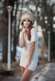 De vrouw van de schoonheid in het de winterlandschap Stock Foto's