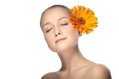 De vrouw van de schoonheid met bloem Stock Afbeeldingen