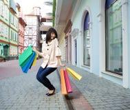 De vrouw van de schoonheid met het winkelen zak Stock Foto's