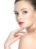De vrouw van de schoonheid met schone huid en rode lippen Stock Afbeeldingen