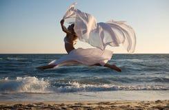 De vrouw van de schoonheid met witte kleding stock afbeelding