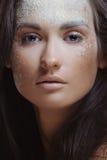 De vrouw van de schoonheid in natuurlijke nevel van poeder Stock Foto's