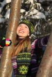 De vrouw van de schoonheid omhelst lijsterbes bij de winter Stock Foto