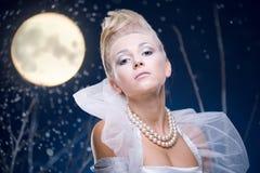 De vrouw van de schoonheid onder maan Stock Afbeelding