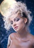 De vrouw van de schoonheid onder maan Stock Foto's