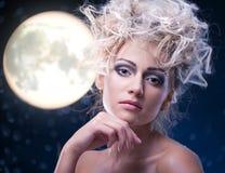 De vrouw van de schoonheid onder maan stock afbeeldingen