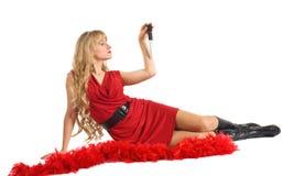 De vrouw van de schoonheid in rood spel met blad Stock Afbeeldingen