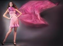 De vrouw van de schoonheid in roze kleding Stock Foto's
