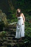 De vrouw van de schoonheid in witte kleding stock fotografie