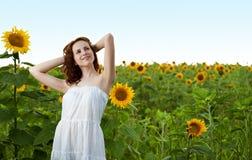 De vrouw van de schoonheid in zonnebloem Stock Afbeelding
