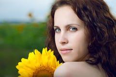 De vrouw van de schoonheid in zonnebloem Stock Foto