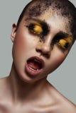 De Vrouw van de schoonheidsmanier met schoonheidsmiddel op haar Gezicht stock foto's