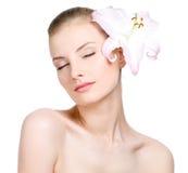 De vrouw van de sensualiteit met bloem in haar royalty-vrije stock foto