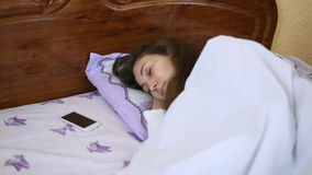 De vrouw van de slaap in bed stock video