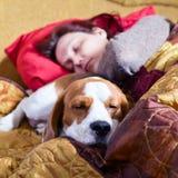 De vrouw van de slaap en zijn hond Stock Fotografie