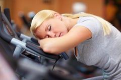 De vrouw van de slaap in gymnastiek stock fotografie