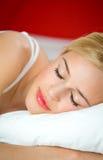 De vrouw van de slaap op bed royalty-vrije stock afbeelding