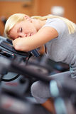De vrouw van de slaap op hometrainer Stock Afbeelding