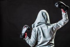 De vrouw van de sportbokser in het zwarte handschoenen in dozen doen Stock Foto's