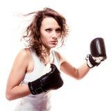 De vrouw van de sportbokser in zwarte handschoenen. Geschiktheidsmeisje opleidingsschop het in dozen doen Royalty-vrije Stock Foto